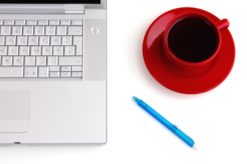 desk, macbook, coffee, red cup, pen