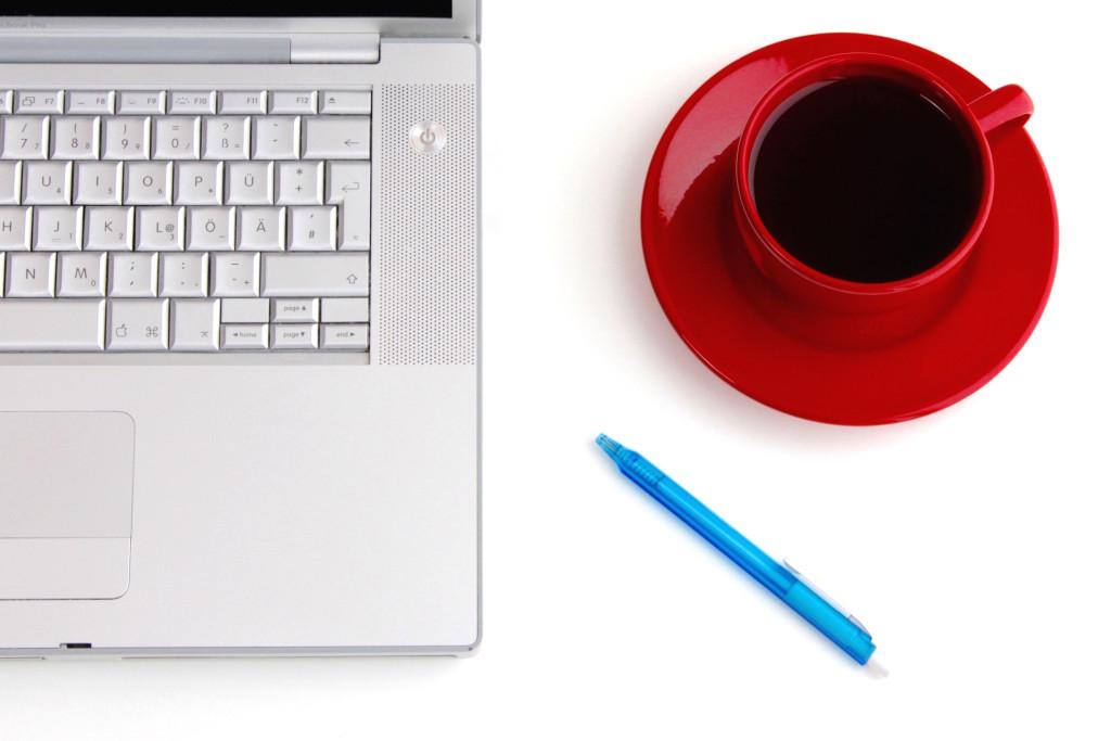 desk, macbook, coffee, red cup, pen